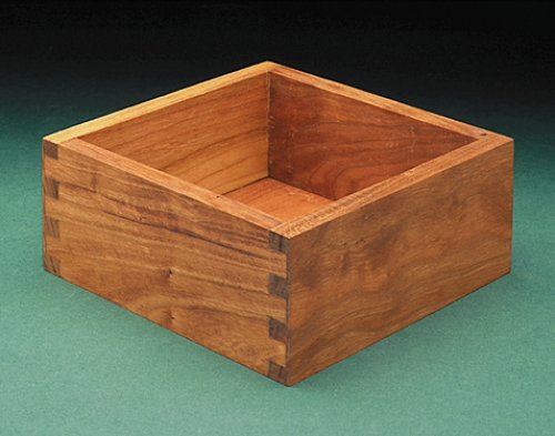 Box in cherry with square half-blind box joint is simple to make on the F1.